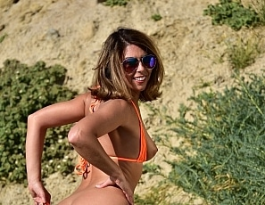 SofieMarieXXX/Niki_WW_Orange_Bikini_Beach